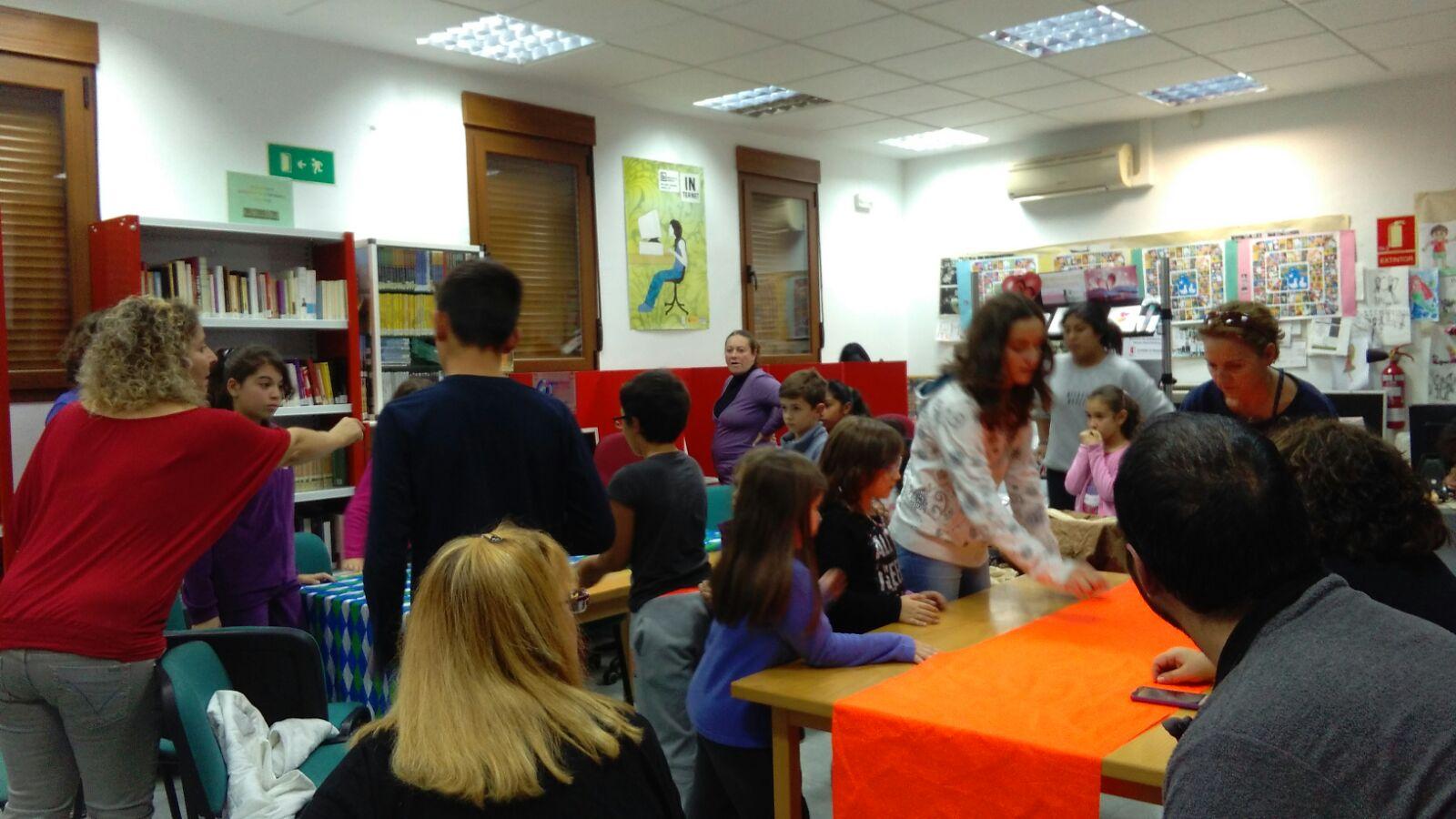 Actividad por el día de la biblioteca en el interior de la biblioteca